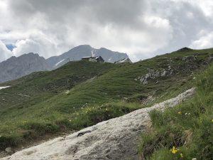 Krumbacher Höhenweg zur Mindelheimer Hütte_Blick zur Mindelheimer Hütte