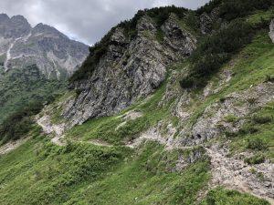 Krumbacher Höhenweg zur Mindelheimer Hütte_Weg ins Warmatsgundtal