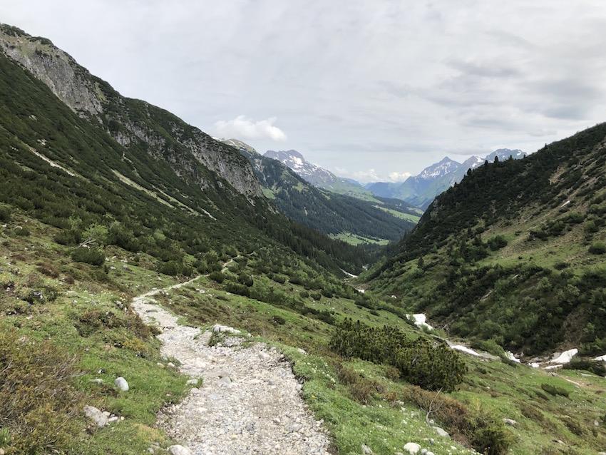 Wanderung vom Spullersee über die Ravensburger Hütte nach Zug_Weg ins Tal